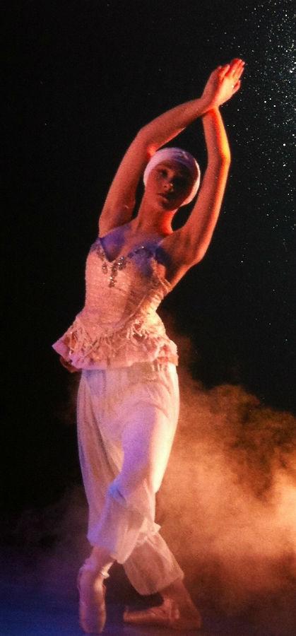 Dunlap+preforms+the+Arabian+Dance+of+Nutcracker