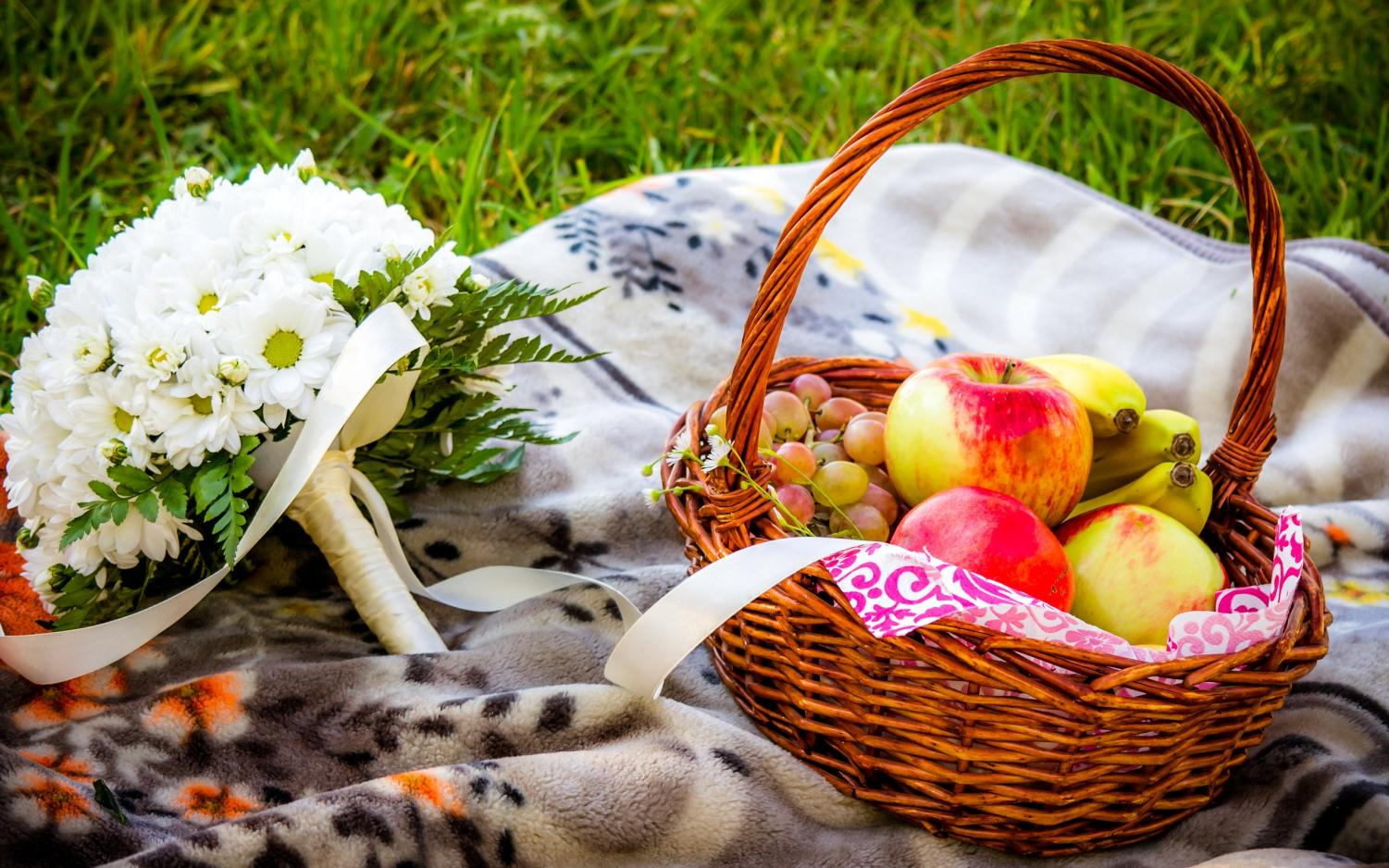 Photo of a picnic basket, courtesy of www.wallsdesk.com