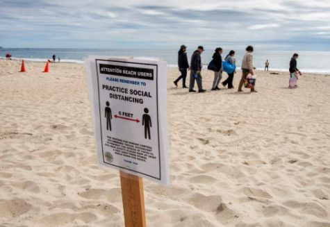 The City of Laguna Beach put out signs to remind beach-goers to maintain a distance of 6-feet from each other at Main Beach in Laguna Beach on Sunday, March 22, 2020 despite the coronavirus. (Photo by Leonard Ortiz, Orange County Register/SCNG)